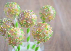 Deze citroen cakepops zijn vrolijke kleine frisse hapjes. Zo kun je met de cakepop maker lekker variëren.