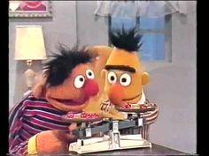 Willie Weeg wil dit filmpje wel 10x terugkijken! Ernie laat Bert zien hoe je evenveel kersen kunt wegen....