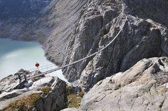 Nad švýcarským jezerem Triftsee se pne stejnojmenný most.