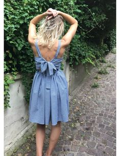 Camelia is a beautiful pleated dress. It has a knot in the back, a pretty V-neck and a marked waist thanks to the elastic in the back. Easy Girls Dress, Girls Dresses Sewing, Sewing Patterns Girls, Dress Patterns, Sewing Ideas, Baby Couture, Couture Sewing, Diy Clothes, Wrap Dress