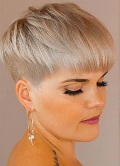 The pixie cut is the new trendy haircut! Put on the front of the stage thanks to Pixie Geldof (hence the name of this cup! Pixie Haircut Gallery, Pixie Haircut Styles, Haircut Styles For Women, Short Pixie Haircuts, Punk Pixie Haircut, Pixie Styles, Short Punk Hair, Short Hair Cuts, Short Hair Styles