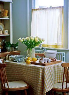 la mesa de la cocina, o del office...  Gingham table, this just looks cozy!
