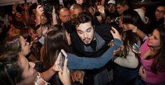 Luan Santana é agarrado por fãs em evento em São Paulo