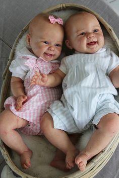 nurserie la main sur le berceau bébé reborn > Jumeaux Maizie Andréa Arcello