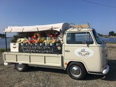 This sweet new mobile business peddles in-season flowers from the back of a vintage VW bus. Flower Truck, Flower Car, Mobile Bar, New Mobile, Vw Bus, Volkswagen, Mobile Business, Peugeot 3008, Dodge Power Wagon