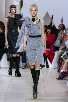 The complete Miu Miu Spring 2019 Ready-to-Wear fashion show now on Vogue Runway. Fashion Week Paris, Runway Fashion, Spring Fashion, Fashion Trends, Grey Fashion, Love Fashion, High Fashion, Fashion Design, Miu Miu