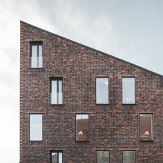 "Krøyers Plads, a five-story housing project in the center of Copenhagen, has just finished construction. The site, previously a ""gap"" in a continuous row of warehouses, is adjacent to the Copenhagen harbor. Designed by the Danish architects Vilhelm Lauritzen Architects and COBE, the..."