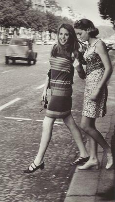 Jeunes femmes sur les Champs-Elysées, années 1960 (Janine Niepce) via fantomas-en-cavale
