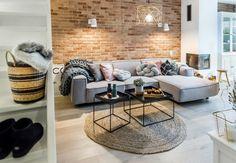 Salon jest przytulny i wypełniony detalami, które kreują jego prawdziwy charakter. Szara klasyczna sofa dobrze...