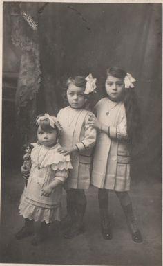 photo carte postale de 1914 ,adresse expéditeur :Marie-Jeanne ,Julie et Madeleine Bellini 28 rue Cassini ,Nice .