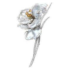 Keshi Pearls Diamond Flower Brooch by Su et Ru . This pin is handmade for su et Ru in 18 kt white gold. It has 2 of fully faceted brilliant diamonds 2 ct of brilliant intense yellow sapphires. Gems Jewelry, Art Deco Jewelry, High Jewelry, Luxury Jewelry, Pearl Jewelry, Antique Jewelry, Jewelry Design, Antique Brooches, Crystal Jewelry
