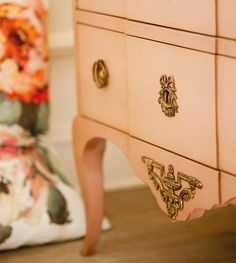 3_Cómoda clásica en rosa pastel con detalles dorados y patas cabriolé_361780