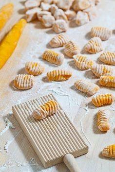 Gnocchi di Zucca (2 versioni) Link ricetta --> http://ricette.pourfemme.it/articolo/gnocchi-di-zucca-la-ricetta-e-le-varianti/13553/