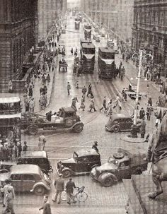 People and traffic crossing North Bridge-Princes Street junction. Old Pictures, Old Photos, Vintage Photos, Scotland Uk, Edinburgh Scotland, Old Town Edinburgh, Muriel Spark, Irish Images, Scottish Man