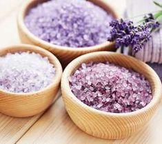As receitas de sais de banho caseiros geralmente levam erva cidreira, erva doce, camomila e lavanda Foto: Shutterstock