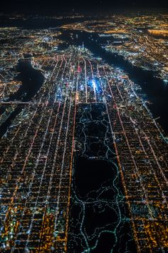 Une photo de New York la nuit vue du ciel - Dans un hélicoptère à 2200m d'altitude, un photographe a pris une jolie photo de New York (quartier de Manhattan) la nuit. On distingue facilement Central Park, Time Square et le quartier d'affaires (avec les gratte-ciels).