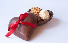 Coração de chocolate, com 3 Brigadeiros Gourmet sortidos, fechados om uma linda fita.