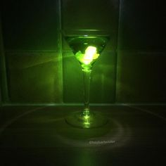 RADIOACTIVE GUMMY BEAR MARTINI 25ml Midori 25ml Smirnoff Apple vodka Green gummy bears Products used: @drinkmidori @smirnoffus #alcohol #booze #drinkporn #drink #mixology #bartender #bartending...