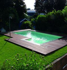 Zwembad met luxe hardhouten rand en vlonder. Hout van Gadero.nl