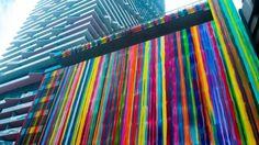 Deze kunstzinnige gevel is voorzien van alle kleuren van de regenboog