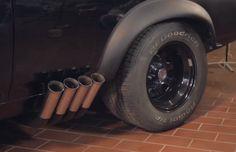 Sauber! Selbst der Ford Falcon aus Mad Max braucht mal Pause von der staubigen Apokalypse. Hier findest du die Videos zu der Aktion: https://www.youtube.com/playlist?list=PLigxngM5f-gRsjR_QgHcD48Wp92JtegPa