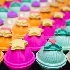Du suchst nach dem Show-Stopper unter den Badebomben? Dann solltest unsere Amazeballs ausprobieren. Im Inneren erwartet dich ein magischer Sternenstaub, den du in dein Badewasser streuen kannst. 😍  📸: lushmiltonkeynes via Instagram Yummy Cookies, Desserts, Christmas, Food, Instagram, Yule, Xmas, Meal, Deserts