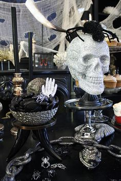 Prepare the perfect Halloween party with inspiration from this spooky bash. Halloween Buffet Table, Halloween Desserts, Spooky Halloween, Holidays Halloween, Halloween Crafts, Halloween Decorations, Halloween Party, Halloween 2017, Halloween House
