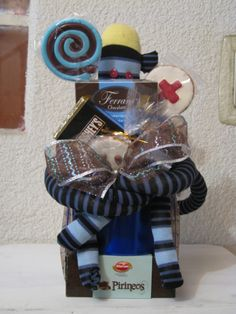 un arreglo diseñado para el dia de médico, con chocolates, dulces y galletas decoradas a mano al igual que el changuito. www.facebook.com/diseno7rosamexicano