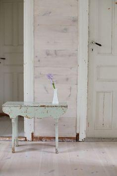 KLASSISK IDYLL I BERGEN: Det er viktig for Ingvild og Kjell at huset får fortelle sin historie. Det er synlig allerede fra det første rommet at paret har ønsket å bevare opplevelsen av å være i et gammelt hus. Gangen er kledd med betongfliser som ser ut som om de har ligget der siden husets opprinnelse, og det gir en vakker velkomst.  I trappegangen er det opprinnelige panelet hvitoljet. Den grønne krakken fulgte med huset | BoligPluss