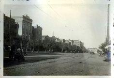 Вид от перекрестка улиц 19-я линия и 1-я Комсомольская (Закруткина) на площадь Свободы (Бульварная). В самой левой части кадра здание школы.