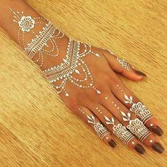 Adorable White Hena Inspiration In Wedding Days - Makeup - Henna Designs Hand Henna Tattoo Hand, Diy Tattoo, Henna Tatoos, White Henna Tattoo, Tattoo Kits, Henna Mehndi, Henna Art, Body Art Tattoos, Arte Henna