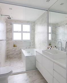 Banheiro l Destaque para o porcelanato que imita mármore revestindo piso e parede. Projeto @gfprojeto