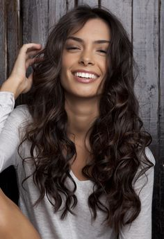 We love her wavy dark brown hair and sun-kissed tan! Lovely natural look! #naturalmakeup #makeup #minimal