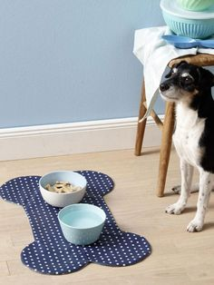 Simple instructions for a food bowl pad Wonder woman-Einfache Anleitung für eine Fressnapf-Unterlage Diy Pet, Food Bowl, Animal Wallpaper, Dog Coats, Dog Bandana, Diy Stuffed Animals, Pet Accessories, Dog Supplies, Pet Shop