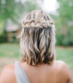 modele de coiffure mariage tresse avec tresse couronne et mèches blondes dans cheveux chatain coupés en carré long