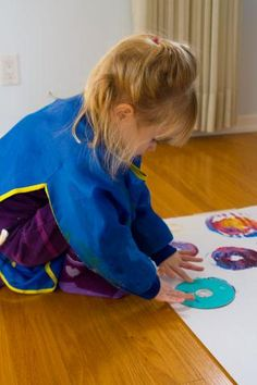 Spin Painting: Process-based preschool art use old cd's, plates, other round flat bottom objects. Paint dots on bottoms, turn and spin on the paper, cool color mixing Preschool Painting, Preschool Colors, Preschool Crafts, Art Stuff For Kids, Art For Kids, Painting Process, Process Art, Art Programs, Classroom Fun