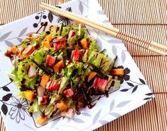 Salada California:  Folhas de alface Sticks de kani kama cortados em cubos Manga cortada em cubos Pepino cortado em cubos (eu só tinha já ralado) Molho Tarê