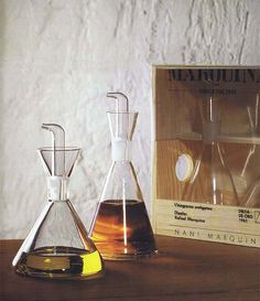 Marquina (Rafael Marquina, a revolutionary oil/vinegar recipient that does not drip or become dirty. I Coming Home, Kitchen Utensils, Wine Decanter, Barware, Furniture Design, Mugs, My Love, Kitchen Stuff, Kitchen Ideas