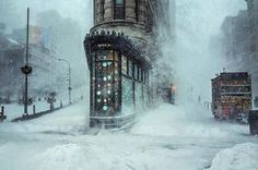 Jonas Blizzard and the Flatiron Building, by Michele Palazzo. Location: New York City, New York, Uni. - Michele Palazzo / National Geographic Travel Photographer of the Year Contest Flatiron Building, Photographie National Geographic, National Geographic Travel, Edificio Flatiron, Photo D'architecture, Ville New York, Concours Photo, Photo Awards, Photography Competitions