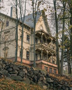 Abandoned tairytale house next to Toolonlahti. . . . . . .