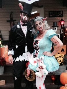 Zombie Alice in Wonderland and Zombie White Hare Mad Hatter Costumes, Mad Hatter Hats, Up Costumes, Couple Halloween Costumes, Mad Hatters, Costume Ideas, Alice Halloween, Halloween 2017, Halloween Kids