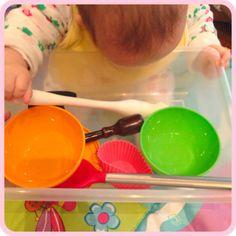 Como esimular um bebê de 0 a 6 meses sem gastar rios de dinheiro? Nesse 4º post, dicas para descobertas sensoriais.