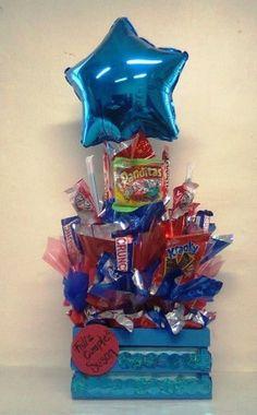 arreglos de dulces para hombres cumpleaños Birthday Balloons, Birthday Candles, Weird Gifts, Chocolate Bouquet, Candy Bouquet, Candy Gifts, Candy Shop, How To Make Chocolate, How To Make Cake