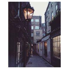 those narrow streets 🌔  #London #narrowstreets #glowing #cozy #magical #calm #architecture #dontmindgettinglost #nowheretobe #adventureisoutthere #livethelittlethings #livetoexplore #livetoday #exploretocreate #exploremore #visualsoflife #outsideisthebestside #travelers #notallwhowanderarelost #wanderlust #werifesteria #wandress  #travelgram #travelphotography #finditliveit #liveauthentic #neverstopexploring #adventure #cityarchitecture #eveninglights by agnainis. dontmindgettinglost…