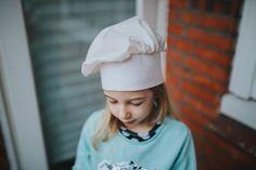 Kinder Kochmütze DIY | Selbstgenähtes Kostüm für die Puppenküche, Kinderküche Living Statue, Diys, Winter Hats, Beanie, Costumes, Creative, Fabric, Pattern, Handmade