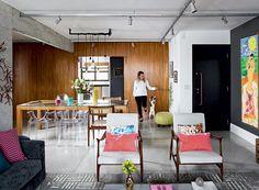 Como a arquiteta Gabriela Marques idealizou seu apartamento de 156 m², no bairro do Itaim, em São Paulo, sem deixar de lado as escolhas que deram certo na casa anterior. Para a profissional, é importante saber enxergar o potencial de um imóvel deteriorado. Mesa de jantar, desenhada pela arquiteta Gabriela Marques (foto) com execução da JR Marcenaria Design. Poltronas Jangada, design de Jorge Zalszupin, forradas com tecido, da Donatelli.