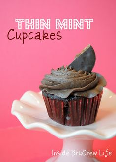 Thin Mint Cupcakes from www. - chocolate cupcakes with a Thin Mint cookie bottom and Mocha Buttercream Cupcake Recipes, Baking Recipes, Cookie Recipes, Dessert Recipes, Yummy Recipes, Yummy Cupcakes, Cupcake Cookies, Gs Cookies, Coffee Cupcakes