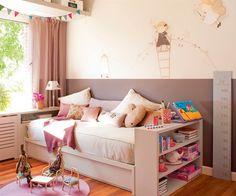 Dormitorio infantil niña con cabecero bajo la ventana