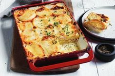 This ham and leek potato gratin is a firm favourite on almost every dinner table and is a tasty side dish to a roast chicken or beef main. Potato Gratin Recipe, Potato Recipes, Chicken Recipes, Mango Chicken Curry, Healthy Zucchini Fritters, Vegetarian Nachos, Pork Schnitzel, Apple Slaw, Sliced Ham