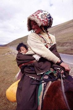 Save the ecology of Tibet. Tibet is not China. Tibet, Beautiful Children, Beautiful People, Happy Baby, Mothers Love, Mother And Child, World Cultures, People Around The World, Baby Wearing